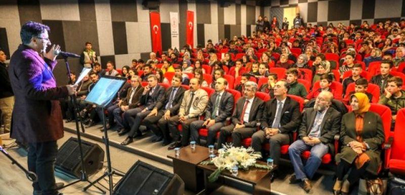 Vanlı öğrenciler müzeyi gezip şiir ve türkü etkinliğine katıldı